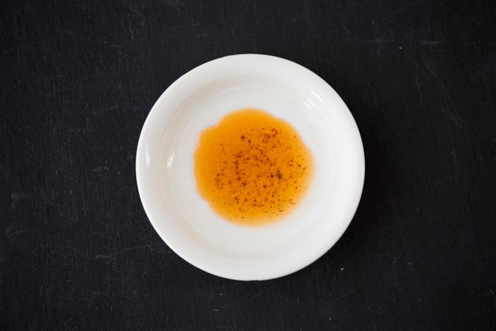 圧搾絞りで作られた純度100%のごま油をベースに、 とうがらし、ニンニク、ウコン、しょうがをじっくりねかせて作っているので、ラー油としての辛味もしっかりありながら香りも抜群なので、香味油としても使えます。