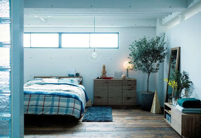 打ちっぱなしのコンクリートの壁にウッドを基調にしたインテリア。こんなモダンなお部屋には、存在感のある大きな観葉植物を。部屋全体に瑞々しさと爽やかさをプラスしてくれます。
