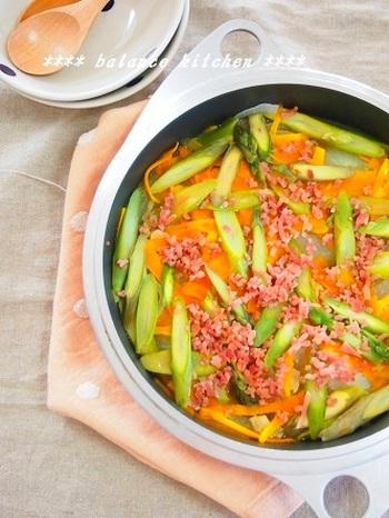 フライパンに材料を入れたら、火にかけてほっとくだけ!のこちらのレシピ。お野菜がたっぷり取れて栄養面もバッチリ◎ガーリック風味が食欲をそそりますね。季節の野菜や、お好きな野菜に変えればバリエーションがどんどん広がるのも嬉しいポイント。