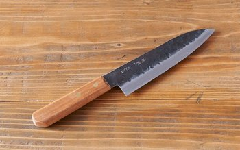 こちらは、抜き刃物と呼ばれる一般的な量産品の包丁とは異なり、鍛冶屋で一点一点鋼を打ち、成形された打ち刃物の包丁です。