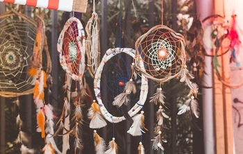 ドリームキャッチャーやマクラメといった民族調のアイテムは、BOHOスタイルの雰囲気を演出するのにピッタリのマストアイテムです!
