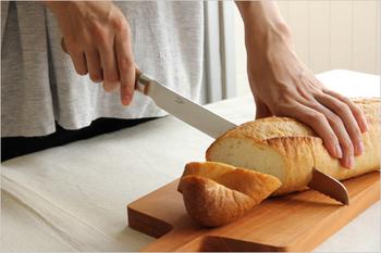 中でも特徴的なのが、このパン切り包丁。刃の先端のみが波刃になっているため、柔らかいパンをパンくずを出さずに綺麗に切ることができます。