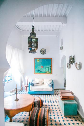 モロッコ×スカンジナビアンテイストのこちらのお部屋は、白をベースに涼し気なターコイズカラーやエキゾチックな柄のラグやソファ、モロッコランプをMIXしています。自由なボヘミアンスタイルとNYの都会的なソーホースタイルが溶け合って、自由な雰囲気なのに、どこか心落ち着く洗練された空間に―。