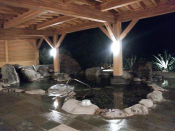 下田で人気がある宿の1つが「ホテル伊豆急」です。泉質が違う2種類の温泉があり、雨でも楽しめる屋根付きの露天風呂や貸切風呂も完備。