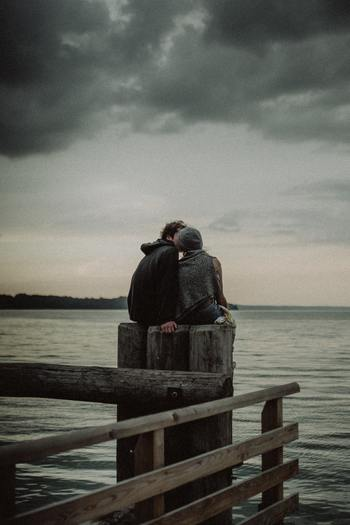 仕事や自分を取り巻くコミュニティに限らず、一対一の恋愛にも信じることは必要不可欠です。好きになったからには相手を信じ、恋に落ちた自分を信頼しましょう。