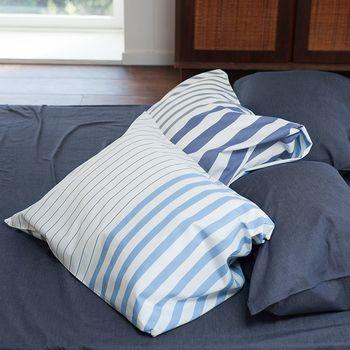 夜の快適さを直接左右する、枕には特にこだわりたいものですよね。全体的にブルーカラーだと、少し他の寝具と合わせるのが難しくなりますが、このようにストライプタイプだと、ホワイトにもブルーにも合わせやすいのでおすすめです。