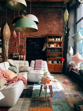 リビングには、ヴィンテージランプを使ってレトロ感をプラス!そこへ、麻縄で編んだ手作りのボタニカルなロープランプやガーランドで、BOHOな演出を。程よい抜け感のある、くつろげるお部屋に。