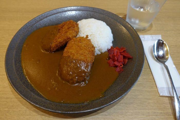 こちらのカレーにのっているのは、三島に来たらぜひ食べて帰りたい名物「三島コロッケ」。 「スカイウォーク」内にあるレストラン「森のキッチン」で味わえます。
