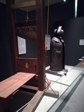 この博物館で有名なのが、リアル感あふれる「刑事」部門。このようなギロチンの実物大模型など、江戸時代の捕者具や諸外国の拷問・処刑具などを展示していることが大きな特徴です。 昔の人は、どのような罪で、どのように裁かれていたのか――。自分の倫理観に問いかけながら、見てみてくださいね。