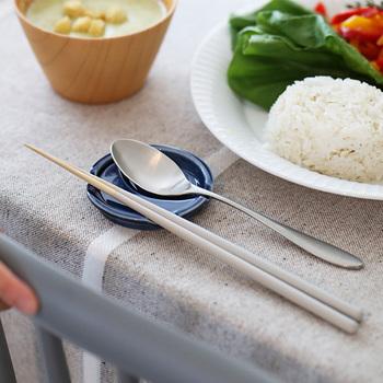"""こちらは、箸とスプーン両方をセット出来る""""箸休め""""。ありそうで無かった、とっても便利なアイテムです。 食卓に、お箸とスプーン両方を使うシーンって、結構ありますよね…"""