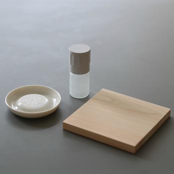 四万十の檜を使用した一枚まな板は、少量の薬味を切るのに丁度良いサイズ。大きいまな板を引っ張り出さなくてもいいのが嬉しいですね! 檜は皮脂分が多く、抗菌・抗カビ効果も!水切れも良く、すぐ乾くので、キッチンの頼れるパートナーとして、長く使い続けて行きたくなるアイテムです。