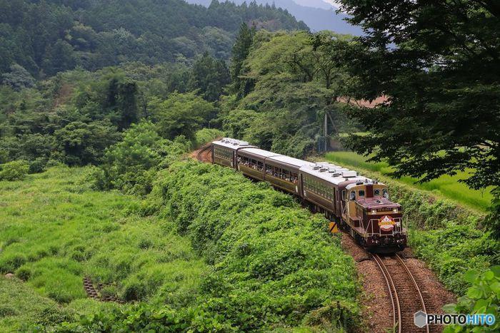 大自然の中を駆け抜けて走る「トロッコ列車」。日々の煩わしさや、時間も忘れて、ただただ、自然の中に身をゆだねる。 たまにはそんな旅もいいですよね…。 懐かしさを感じるレトロな列車の雰囲気も楽しみつつ、どこか童心に帰ったような… そんな癒しの時間を過ごしてみませんか?