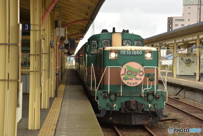 手つかずの大自然が広がる北海道・釧路湿原。広大な湿原を観光するのにおススメなのが、JRが毎年観光シーズンに運行を行っている「くしろ湿原ノロッコ号」。 JR釧網(せんもう)線の上をのんびりゆったりと走り抜けるコースは、釧路駅から釧網線の塘路(とうろ)駅までの27.2kmを、片道40~50分、往復2時間ほどかけて走ります。