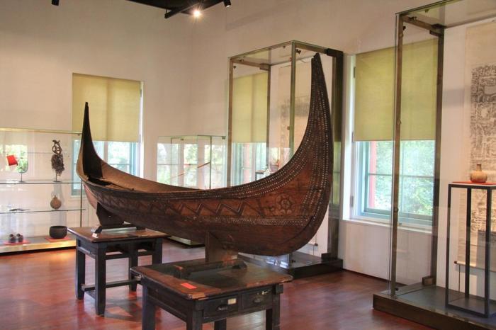 日本にとどまらず、世界各地の動物の剥製や標本、暮らしの道具などが展示されていますよ。珍品や、驚くほどの年代物も。きっと宝探し感覚で、ワクワクしながら過ごせるはず♪