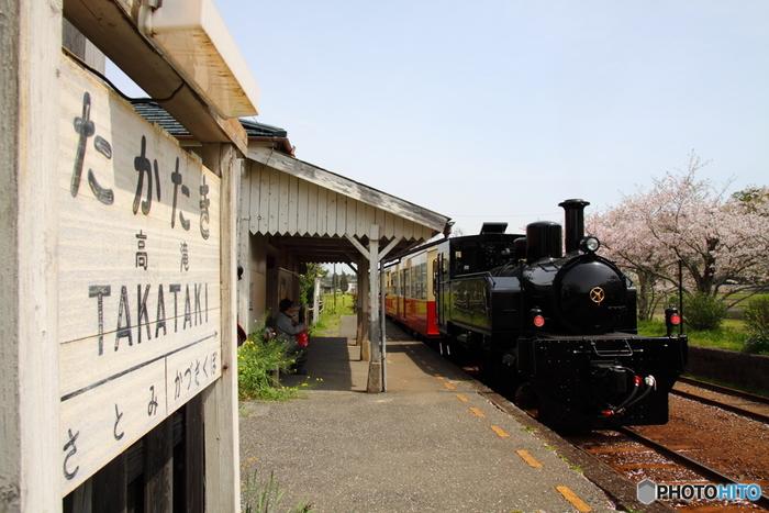 小湊鐵道は千葉県市原市の五井(ごい)駅から大多喜町の上総中野駅までを結ぶ全長39.1kmの路線。首都圏からも比較的近く、風光明媚な沿線の風景が楽しめるということで、多くの観光客が訪れる人気のローカル線となっています。 そんな小湊鐵道に2015年から新たな観光列車「里山トロッコ」が登場!その名も「里山トロッコ」。 里山トロッコが走るのは、上総牛久(かずさうしく)駅から養老渓谷(ようろうけいこく)駅までの18.5kmの区間で、途中停車するのは里見(さとみ)駅と月崎(つきさき)駅の2駅のみ。他の駅は通過してしまいますが、片道およそ1時間をかけて走るので、ゆったりとした時を過ごせそう。 客車を引っ張る先頭の車両は、SLのように見えますが、実はディーゼル機関車なんだそうです。大正時代に小湊鐵道で活躍したSLを、外観をそっくり残したまま復元したのだそうです。昔懐かしく、とても趣がある「トロッコ列車」です。