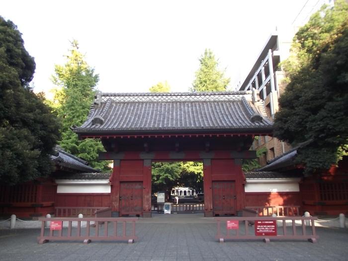 偏差値の頂点を極める「東京大学」。本郷キャンパスのシンボルとなっている赤門、あなたも学生気分でくぐってみませんか*