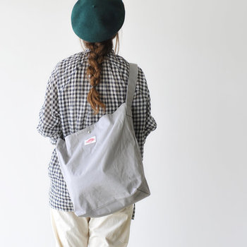 今回は、夏のデイリースタイルに活躍するファッションアイテム別に、キャンバスバッグが引き立つ素敵な着こなしコーデをご紹介します。