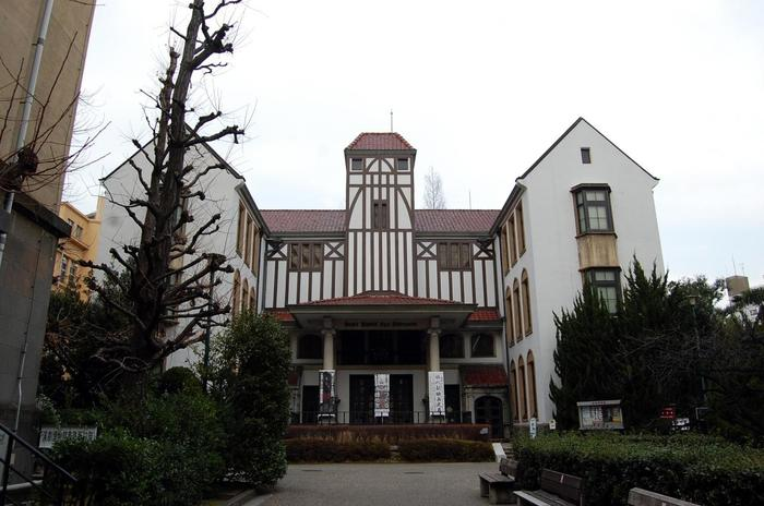 早稲田大学構内にある「坪内博士記念演劇博物館(通称エンパク)」は日本で唯一、演劇を専門的に扱う博物館。雑誌『早稲田文学』の成立にも貢献した英文学者・坪内逍遥(つぼうちしょうよう)博士の記念館も備えています。入場は無料です。