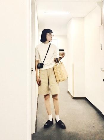 チノ短パンに白のスウェットTシャツという少年のようなこざっぱりしたスタイル。いわゆる雑貨屋さんにある、これまたさっぱりしたかごバッグがよく似合います。ヘルシーで気持ちのいいコーディネイト。