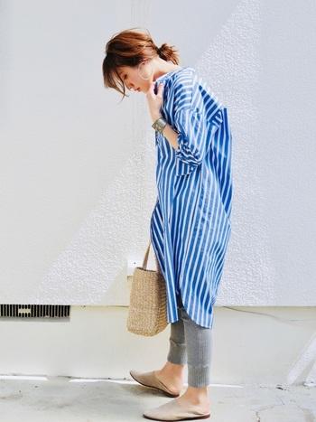 飾り気のないトートタイプのかごバッグは、気負わずカジュアルに持つのが正解。かごバッグと合わせると鮮やかなブルーのストライプシャツもより涼し気に見えますね。