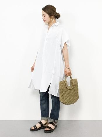 コーデの主役にかごバッグを持っていきたいのなら、白シャツと合わせるのがおすすめ。シンプルでラインがきれいな白シャツにジーンズ、そしてかごバッグという王道のスタイルを自分のものにしている人は、とても魅力的です。