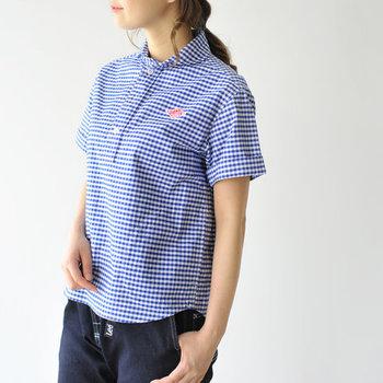 コンパクトなラウンドカラーが可愛い、フランスのワークウェアブランド「DANTON(ダントン)」のチェックシャツ。少し厚手の生地ですがドライな肌触りで着心地もバツグンです。コンパクトな丈感なのでロングスカートにも合わせやすく、ボーイッシュもガーリーもお任せ◎。