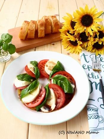 赤・白・緑のイタリア国旗のカラーを表現しているカプレーゼ。トマト、モッツアレラチーズ・バジルを切って並べるだけのお手軽メニュー。味なじみがよくなるために、バルサミコ酢、オリーブオイルの順番でまわしかけるのがポイントです。