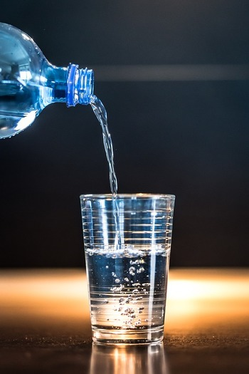 毎朝決まった時間に起きると自律神経が整い、腸にもいい影響があります。寝ている腸を動かすためにコップ一杯、約150ccくらいの水を飲みましょう。お腹に優しい白湯もおすすめです。