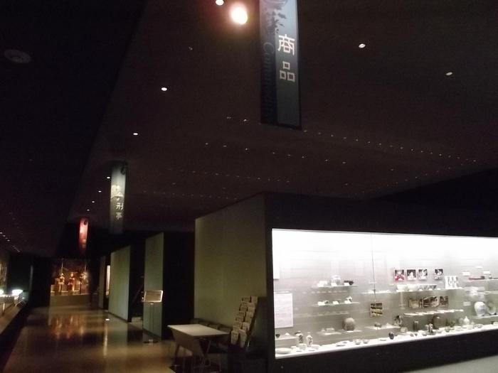 一方で、常設は無料で楽しめます。広々とした空間に「商品」「刑事」「考古」の3部門で構成された展示室が設けられており、充実の内容!