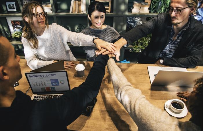 趣味を通して多くの人と関わり合うと社交性も上がっていきます。また話の引き出しが増えることで、会社の人や取引先の人、友人のまた友人とも打ち解けやすくなり人間関係が円満になります。