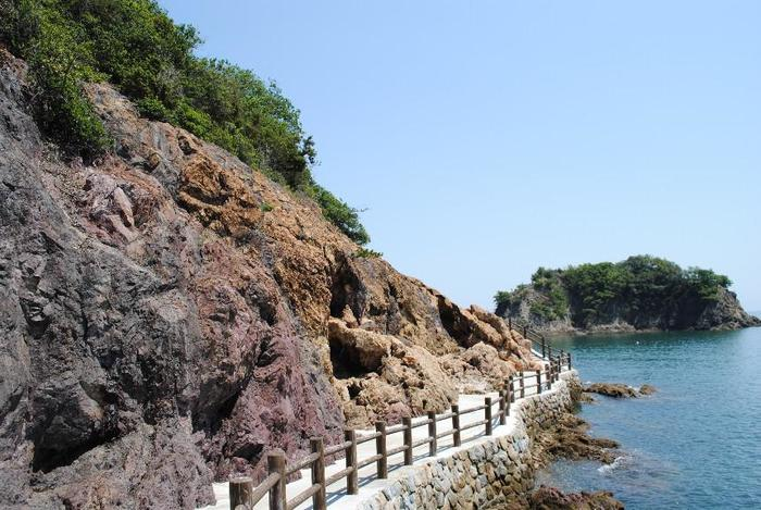 そそり立つ岩肌と海が間近に迫る遊歩道…ドキドキしながら歩いてみたくなりますね。