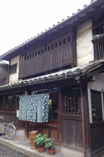 鞆の浦の中心街に多い古民家を改装した民芸カフェです。店内は、様々な和のコーヒーカップや蓄音機などのディスプレーが目を引きます。