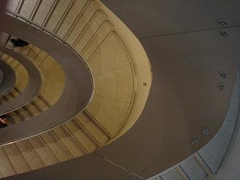 ちなみに建物を設計したのは、本大学の名誉教授でもある建築家・六角鬼丈氏。展示スペースをつなぐ螺旋階段の美しさも必見です。