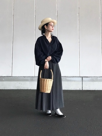 シャツにロングスカートにバレエシューズ。パリジェンヌのようなスタイルにかごバッグとカンカン帽!ちょっぴりレトロでかわいいコーディネート。