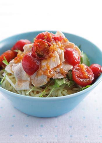暑い日の肉料理は、栄養があってもどうも食べる気がしないという方におすすめの、豚しゃぶとトマトだれの冷やし中華。タレのニンニク、ショウガが食欲をそそり、トマトは見た目を華やかにするだけでなく酸味が豚肉や麺と相性が良く、全体のバランスを整えてくれるので、さっぱり美味しくいただけそう。