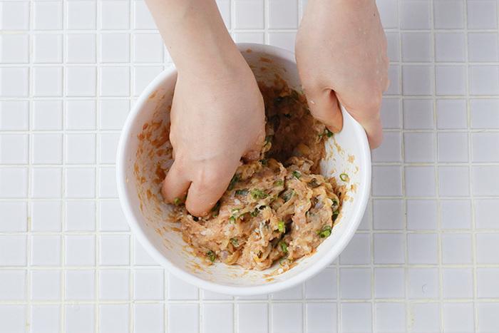 ひき肉がピンク色になって粘り気がでるまでしっかりと練ってから、野菜はさっくり混ぜるだけでOK。調味料を入れるタイミングは野菜を入れる前がおすすめです。