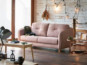 イルミネーションライトやブラックアイアンの小物をプラス。柔らかな色合いの北欧風ソファやテーブルに、異国風のアートな小物を足して、甘辛MIXなBOHOスタイルに!
