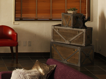 木樽やリンゴ箱をヴィンテージカラーにDIYして、上質なレザーチェアやメタリックなクッションと組み合わせれば、エレガントでミッドセンチュリーな雰囲気のBOHOスタイルに。