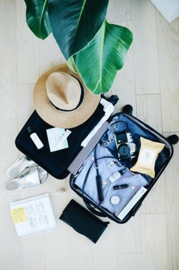 旅行先でもおしゃれをしたいし、これからの季節は屋内外で温度差があるので、どうしても持っていく服が多くなってしまいがち…。ですが快適な旅にするためには出来るだけ荷物は少ない方がいいですよね。今回は、荷物が1/2に減る!?着まわし力抜群アイテムをご紹介します。
