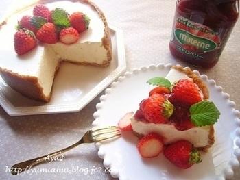 ケーキの上にちょこんとミントを乗せるだけで彩り豊かに。ミントがあるだけで、いちごの赤がパッと映えてさらにおいしそうに見えます。