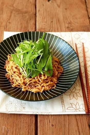 合ひき肉を、ニンニク、ショウガ、長ネギ、ごま油、豆板醤などと炒めて作る、ピリ辛そぼろから作る水菜のピリ辛和え麺。ピリ辛そぼろは作り置きができるので、時間があるときや、涼しい夜に作っておけば、忙しい日に水菜と中華麺を買い足すだけで、簡単で美味しい水菜のピリ辛和え麺を作ることができて◎。