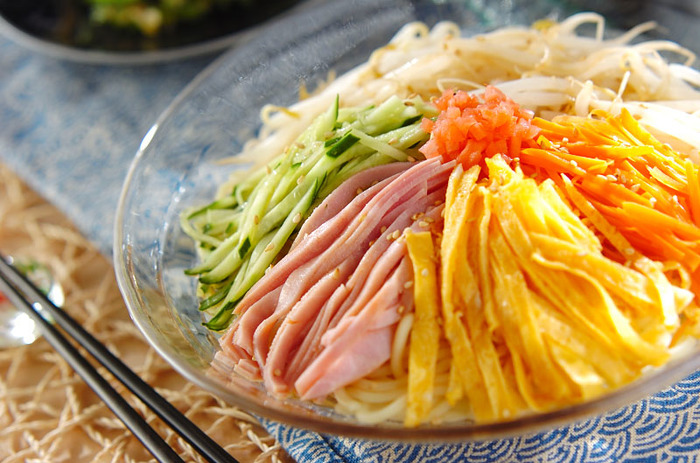 きゅうりの緑、錦糸卵の黄色、ハムとにんじんの赤、もやしの白が彩りよく、見た目も華やかな冷麺は、タレも自家製なので、おうち好みの味に仕上げることができて◎。
