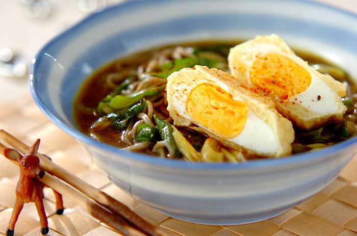クセになりそうな冷やしカレーのつゆに揚げ卵を載せた、見た目も豪華な冷やしカレーそば・揚げ卵のせ。揚げた孫のゆで卵は電子レンジで加熱し、その後、衣をつけて油で揚げて、熱々を冷たいカレーそばにのせていただきます。冷たい麺に熱い揚げ卵が良くあい、つい食べ過ぎてしまうかも。