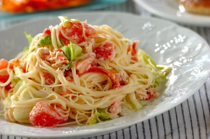 トマト、レタス、カニ缶で作る、シンプルながらカニの味が贅沢な冷製パスタは主食としてだけでなく、主菜の付け合わせにも使えそう。