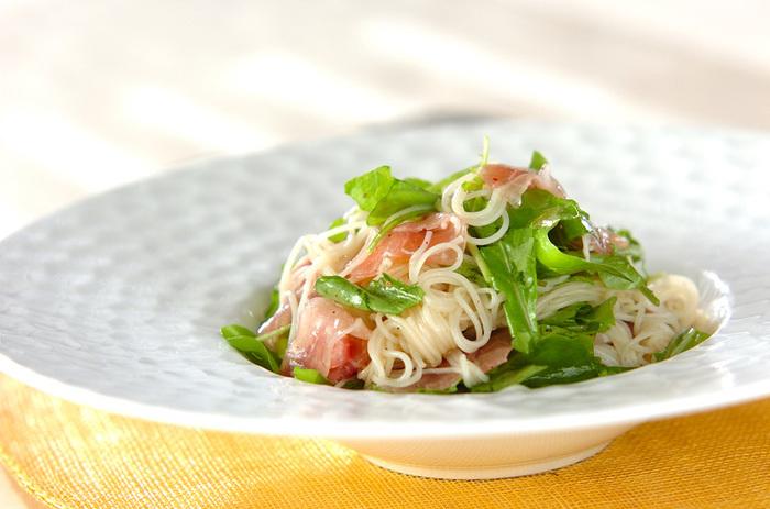まるでカッペリーニの冷製パスタのような、ルッコラと生ハムの冷製素麺。和風になりがちなそうめんレシピですが、こちらはレモン汁でさわやかな味わいに仕上がり、見た目も生ハムのピンクとルッコラのグリーンが美しく、洋の食器に盛りつければ立派なおもてなし麺になりそう。
