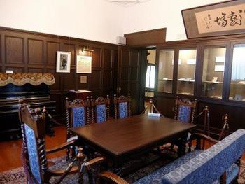 こちらはエンパクの貴賓室として作られ、坪内博士の書斎としても使用されていたという、二階の「逍遥記念室」。