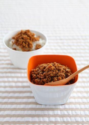 作り置きにも便利な肉そぼろ。甘辛の和風味が鉄板ですが、カレー粉を使った肉そぼろは洋食にも使えて便利です!ドリアや炒め物など活躍してくれますよ。ケチャップの甘みもあるので、お子さんのお弁当にも♪