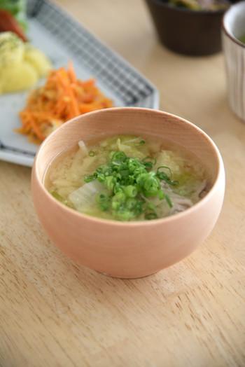 お味噌汁は、万能選手。たくさんの具材を入れれば、これだけで立派な一品。野菜や卵、豆腐、魚や海藻、さらに組み合わせ次第で具材は何通りも!例えばトマトやキュウリなどいつもは生で食べているものも、お味噌汁に入れると違った味わいに。牛乳を少し入れれば、パンにも合う洋風のスープになりますよ。