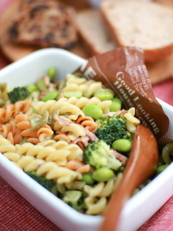 マカロニサラダは、お腹持ちも良くて野菜もたっぷり食べられる、嬉しいメニューです。ハムやエビ、卵など、たんぱく質のある食材も加えて、山盛りにしちゃいましょう。  美味しく楽しく、お腹いっぱい食べてパワーチャージ!