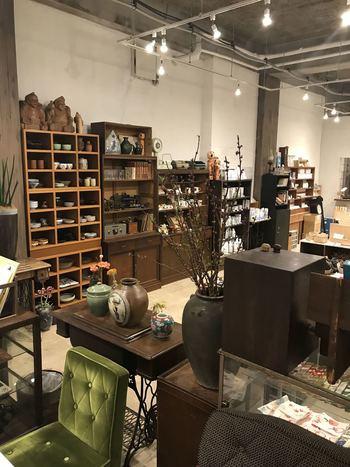 2018年に三鷹から吉祥寺に移転してきた人気店「四歩」。ここには、素朴な「和」の味わいを持つ古雑貨が集まっています。日本の工芸品や、ノスタルジックなキッチン小物など。温かみにあふれた古道具のほか、新作の器や自然派の食品も扱われています。